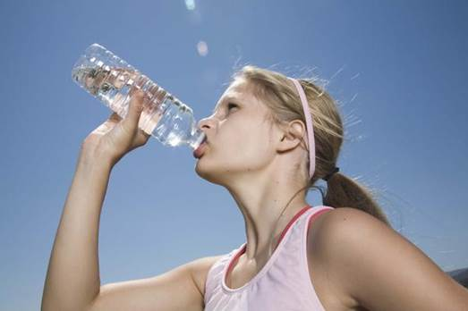 To prevent the body from dehydration and receive effective effects from the exercise, you should take notice of drinking water before and during the jogging.