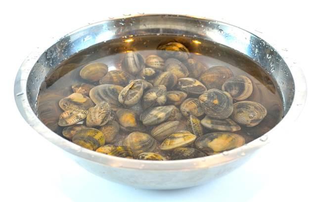 Description: Preparing clams