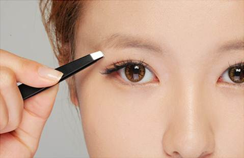 Description: A lot of people usually pluck their eyebrows. And for getting a thinner face, you should give up this habit