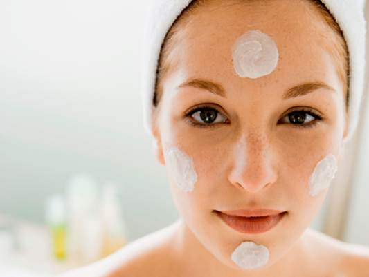 Description: Dot moisturizer on the forehead, chin and cheeks.