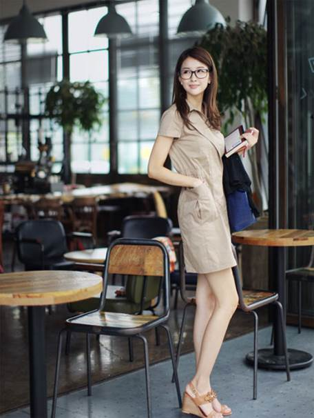 For short-sleeved dresses, you can combine them with thin and average-length jacket.