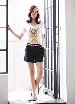 White T-shirt with patterns that are the same color as belt creates perfect coordination.