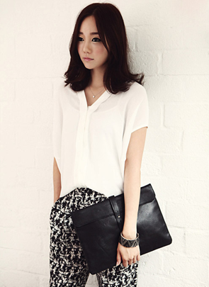 Patterned pants are inherent to go for a walk, but in black-white tones, it is easy to use for office.