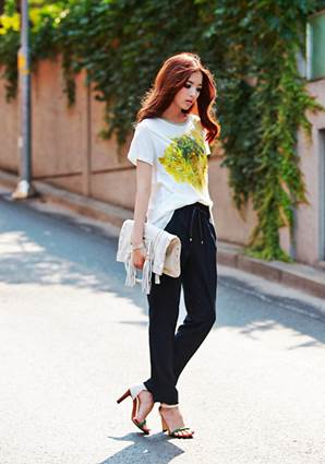 Drawstring pants and T-shirt also make you look elegant if mixed with a pair of high-heel sandals.