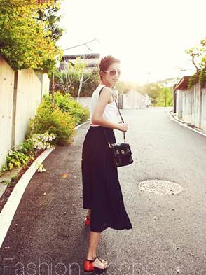 With dark pleated dress, selecting sleeveless shirt will help you increase youthfulness.