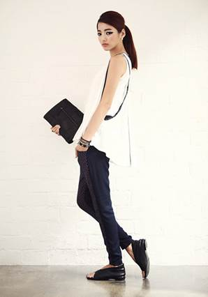 Long youthful sleeveless T-shirt combining with stylized pants is very matched with active style of girls who are on streets.