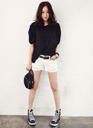 White shorts mixing with black T-shirt and cloth sneakers expresses that you are ready for coming picnic.