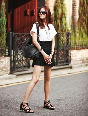 High band elastic skirt mixes with white T-shirt make you look youthful and nice.