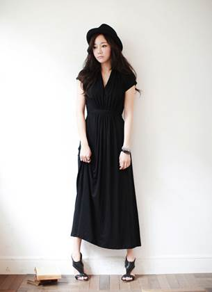 Black dress with heel-length seems too old? But if you add a fedora, everything has changed.
