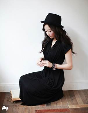 And do not lack stylish accessories to make black color of dress less boring.