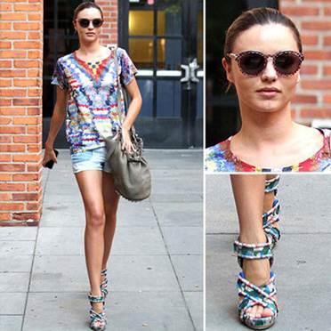 A pair of blue flower sandals is used many times but they are always impressive in each combination.