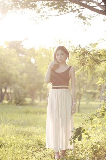 Combined T-shirt with maxi skirt makes women beautiful and comfortable.