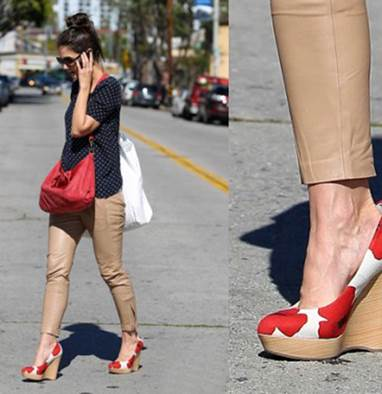 Katie Holmes is outstanding on the street with shoes of fat sole and red flower.
