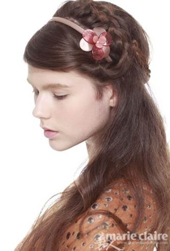 Combine braid hair and twisted hair to make a romantic hairstyle