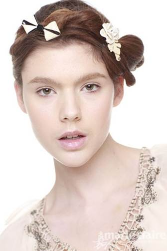 Feminine hairstyle with accessories to embellish your hair