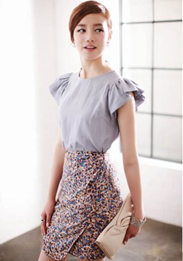 Skirt with small flower pattern is very appropriate for feminine girls.