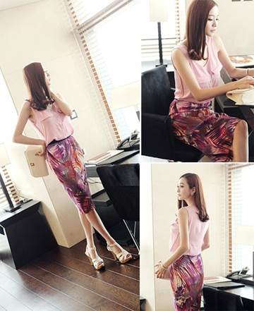 Mixed patterns of skirt and shirt with the same tone are fashionable and beautiful.