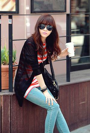 Black cardigan becomes classical and attractive when combining with T-shirt and jeans.