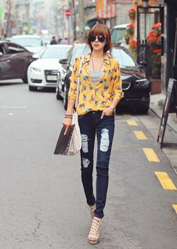 Colorful shirt is more impressive thanks to mixing with tank top and sandals.