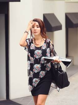 Voile flower shirt mixed with tight skirt will make you look more charming.