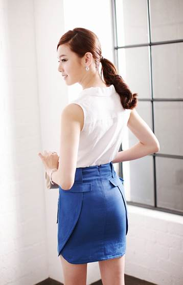 Miniskirt is youthful in cobalt blue and very strange by grafts between front side and backside.