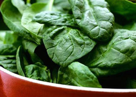 Spinach has the effect on treating dermatitis due to the change of weather.