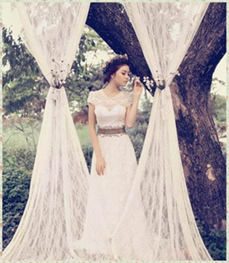 Dress designed to highlight in modern belt and sexy cups; slim lace in collar raises charming and luxurious beauty for bride in wedding day.