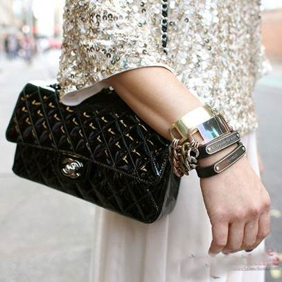 Metal bracelets are always eye-catching on the street.