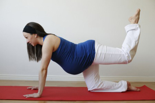 Exercising frequently helps pregnant women relieve backache.