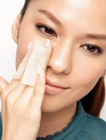 Description: Use blotting paper to remove excessive oil